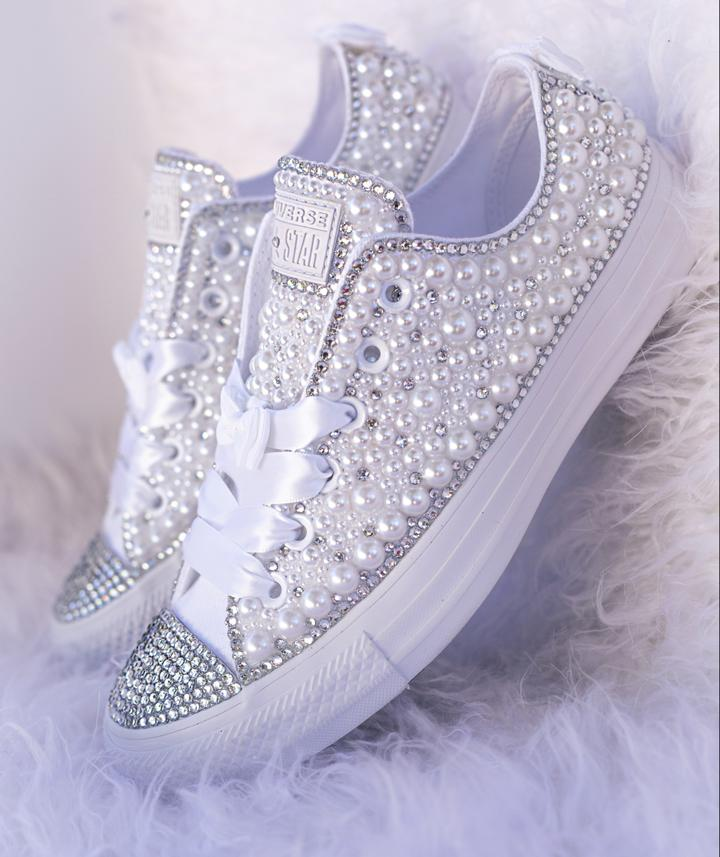 Bridal_wedding_sneakers_with_white_ribbon.jpg - 70.81 kB